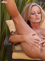 Melissa XoXo stimulates her wet pussy outdoors